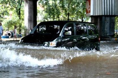apv melibas banjir